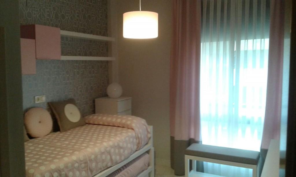 El dormitorio de María un concepto moderno con encanto.